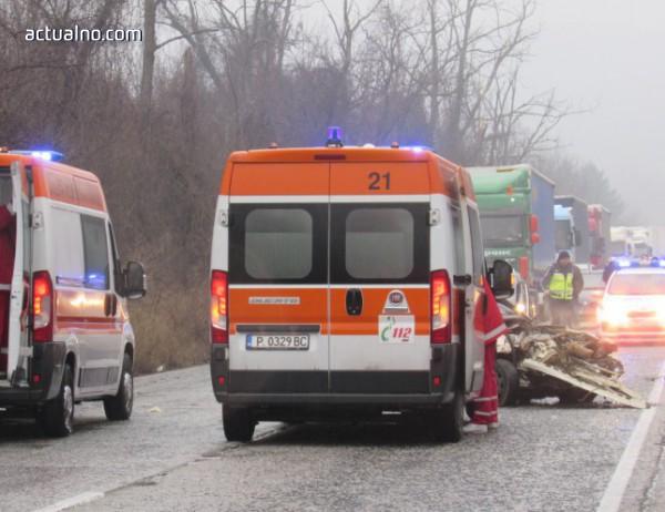 """photo of Кола се вряза в камион на """"Хемус"""", трима души загинаха"""