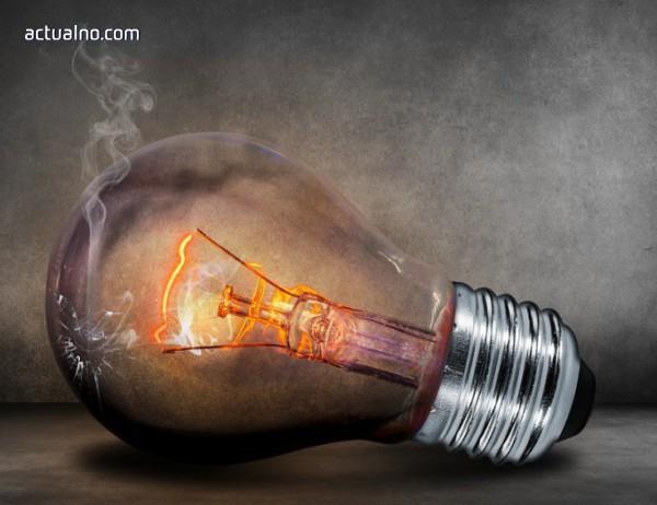 photo of Мъж накара електрическа крушка да светне, завирайки си я в задника (ВИДЕО)