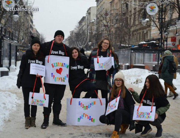 photo of Ученици раздават прегръдки на софиянци по повод Международния ден на прегръдката
