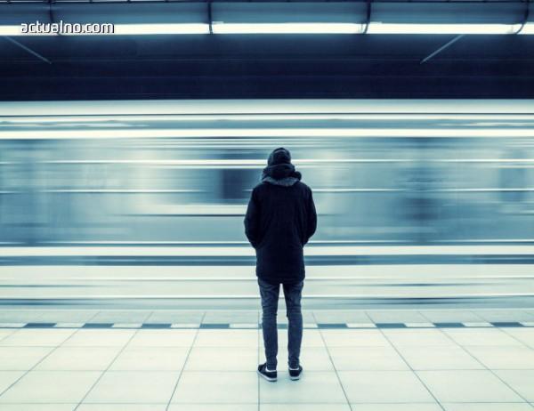 """photo of Британските младежи страдат от """"епидемия на самотата"""""""