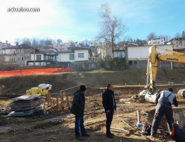 photo of Със стар дюлгерски обичай застроиха спортна зала на ПМГ в Смолян