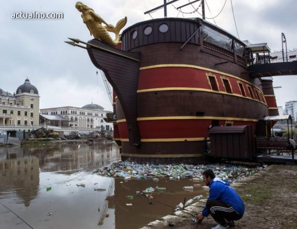 """photo of В Скопие почнаха да махат """"паметници"""" от грандомански проект на Груевски"""