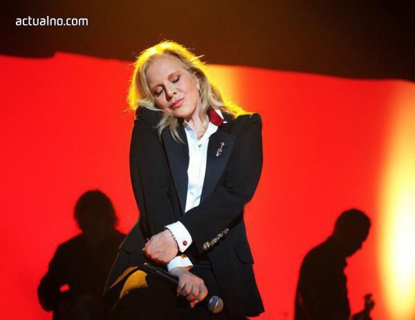 photo of Силви Вартан се прощава с Джони Холидей в специален концерт в Париж
