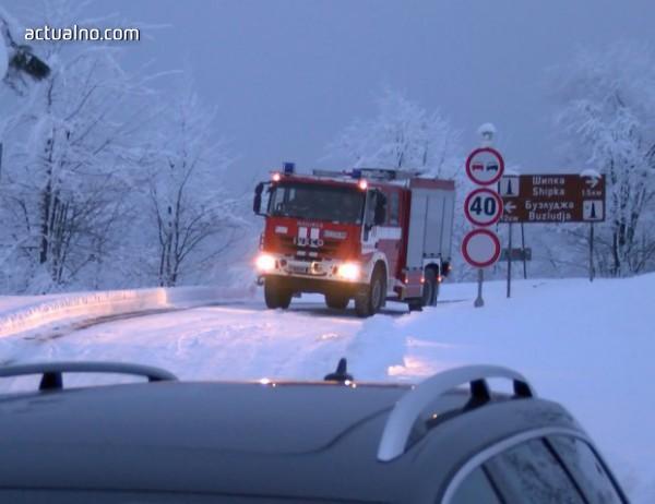 photo of Затвориха прохода Шипка заради паднало дърво върху две коли