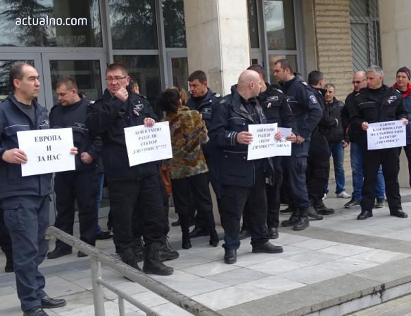 """photo of """"Съдебна охрана"""": Борисов като дава 100 млн. лева на полицаите, има и за нас"""