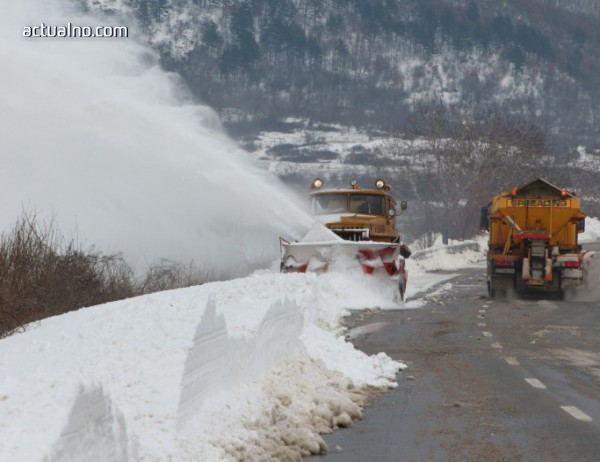 photo of Закъсали коли, населени места без ток и вода и силен снеговалеж в Старозагорско