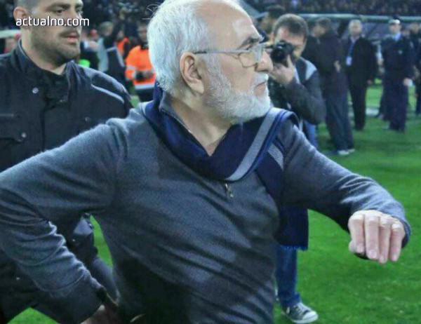 photo of Цирк в Гърция: Собственикът на ПАОК нахлу на терена с пистолет и извади отбора си