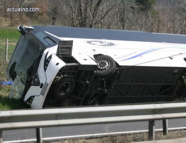photo of Експерт: Маневрата на шофьора на автобуса е могла да предизвика завъртането