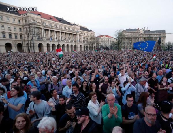 photo of Десетки хиляди протестираха срещу изборната победа на Орбан