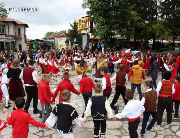 """photo of """"Розите на България"""" танцуваха в Банско"""