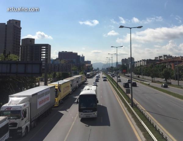 """photo of """"Макрон, не убивай транспорта в България"""", призовават превозвачи от цялата страна"""