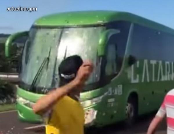 photo of Посрещнаха националите на Бразилия с камъни и яйца (ВИДЕО)