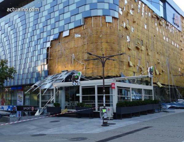 photo of Падна фасадата на мол в центъра на Благоевград* (СНИМКИ)