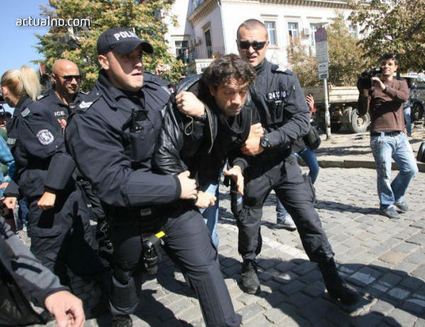 photo of Граждани опитаха да нахлуят в Столична община, има арестуван (ВИДЕО)