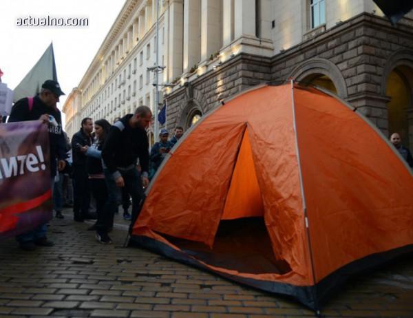 photo of Майките на деца с увреждания опънаха палатки и пред Министерски съвет (СНИМКИ)
