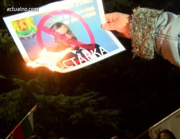 photo of Запалиха плакати с лика на Валери Симеонов в Казанлък