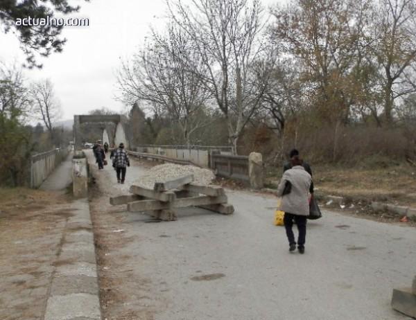 photo of Отлагат пускането на движението по авариралия мост край Червен бряг