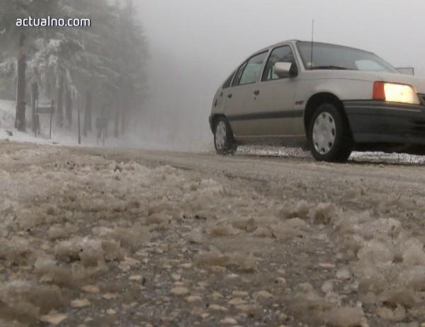 Снегът усложни пътната обстановка