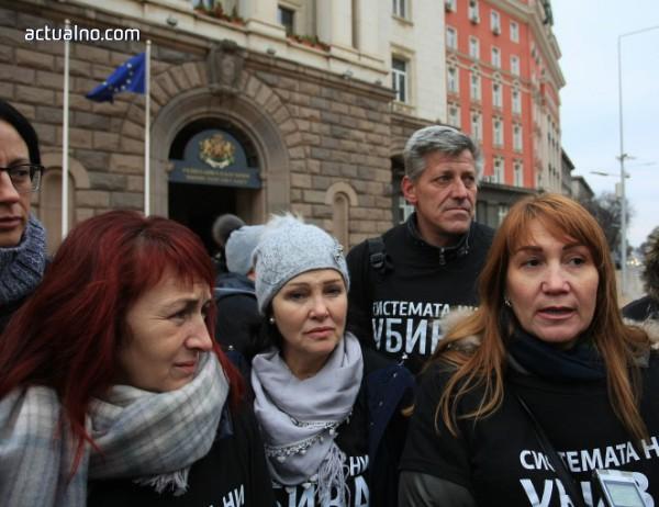 Протестиращите майки махнаха черните знамена и сложиха сиви шалове