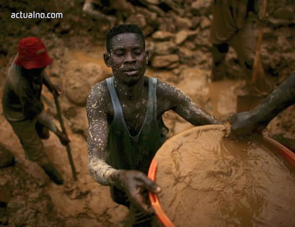 """photo of В кобалтовите мини на Конго: """"Всяка седмица погребваме по някой близък"""""""