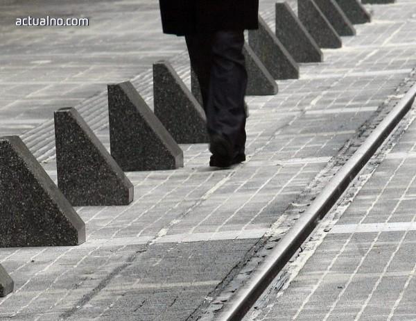 """photo of Една от функциите на ограничителите по ул. """"Граф Игнатиев"""" - да не се сяда"""